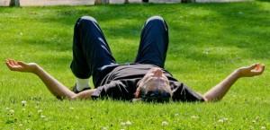 Homme en meditation sur la pelouse du jardin des plantes Le Mans 72 Sarthe Pays de la Loire France 16 Aout 2014/Credit:GILE MICHEL/SIPA/1411191535