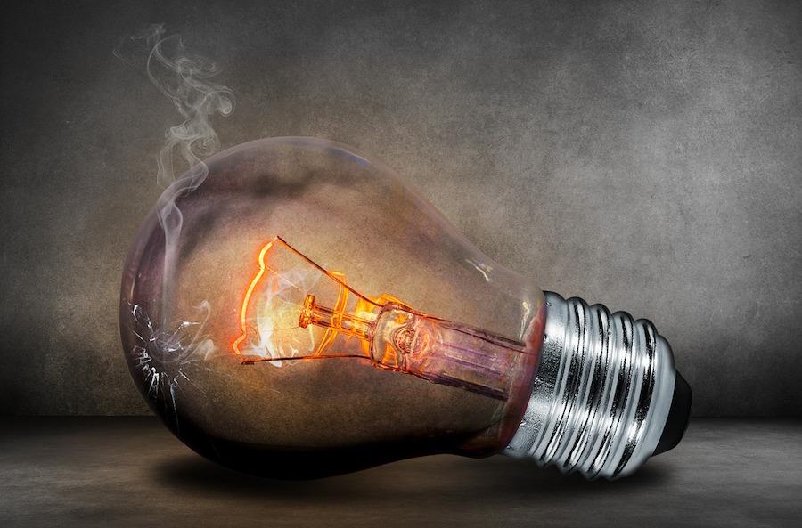 ampoule allumée et fumée